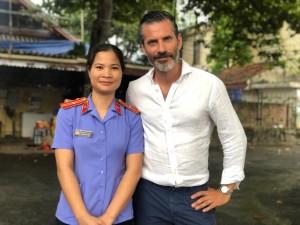 Åklagare Nguyen Thi Khuyen och Jens Lapidus. Ung Hoa, Vietnam. Foto: Johan Palmgren.