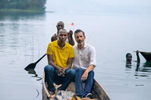 Överlevare Egide Mutabasi och Jens Lapidus på Lake Kivu, Rwanda. Foto: Johan Palmgren.