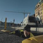 Ett hål skulle fyllas igen dagarna före invigningen på Skeppsbron och kablar skulle tas bort.Foto: Johan Palmgren