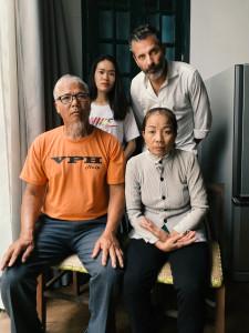 Föräldrar till dödsdömda och Jens Lapidus. Hanoi, Vietnam. Foto: Johan Palmgren.