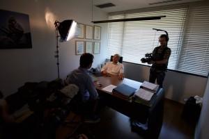 Jens Lapidus intervjuar advokat Mickey Hova. Tel Aviv, Israel. Foto: Johan Palmgren.