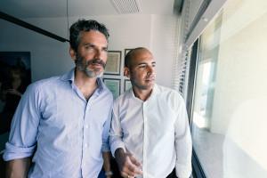 Jens Lapidus och advokat Mickey Hova. Tel-aviv, Israel. Foto: Johan Palmgren.
