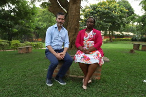 Jens Lapidus och gacaca-expert Usta Keitesi. Kigali, Rwanda. Foto: Johan Palmgren.