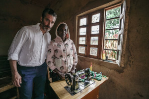 Jens Lapidus och överlevare Evelyne Uwimana. Kigali, Rwanda. Foto: Johan Palmgren.