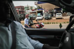 Jens Lapidus på mc-taxi. Kigali, Rwanda. Foto: Sebastian Lejon.