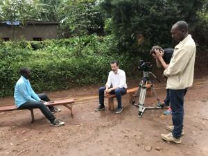 Överlevaren Gaston Gakwaya från massakern i Nyakanyinya School och överlevaren Egide Mutabasi från Kamembe. Foto: Johan Palmgren.