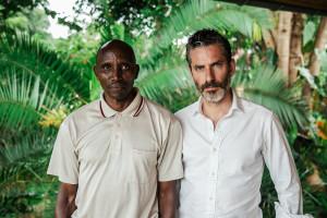 Överlevaren Wellars Nzasabipfura och Jens Lapidus. Kigali, Rwanda. Foto: Johan Palmgren.